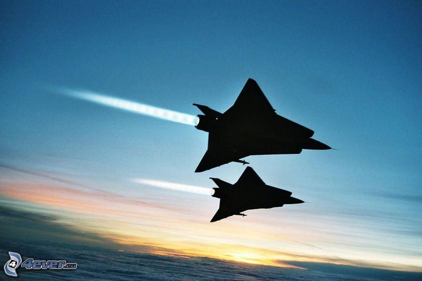 Saab J-35 Draken, siluety stíhačiek, západ slnka nad oblakmi