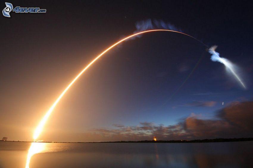 Atlas V, štart rakety, svetlo, noc