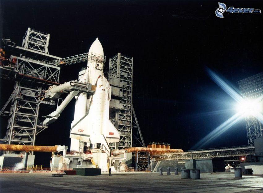 ruský raketoplán Buran, odpaľovacia rampa, nosná raketa Energia, noc