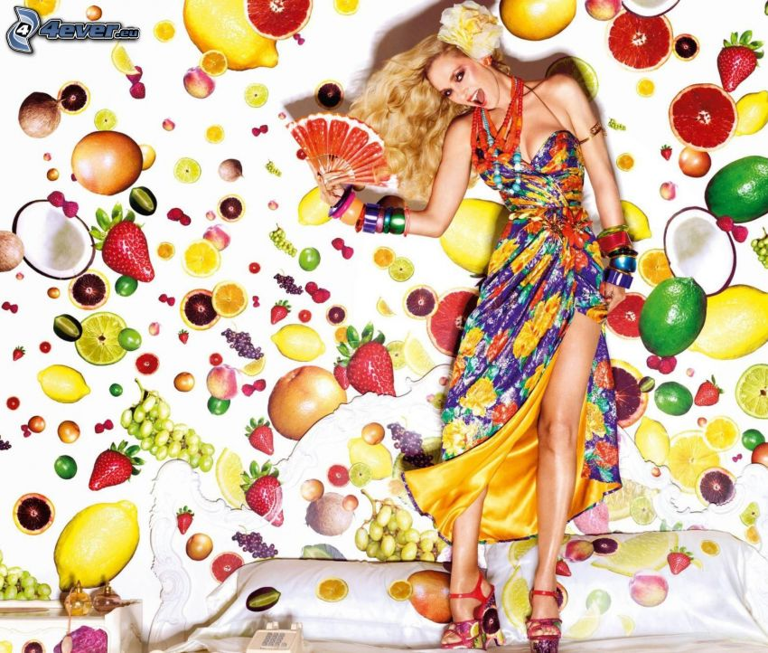 blondínka, farebné šaty, vejár, ovocie