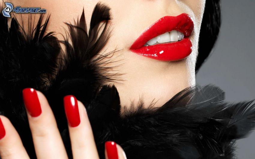 červené pery, nalakované nechty, pierka