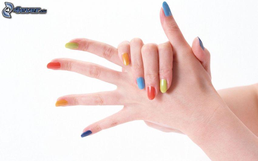 nalakované nechty, ruky