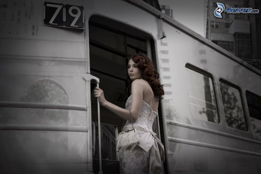 brunetka, biele šaty, vlak, čiernobiela fotka