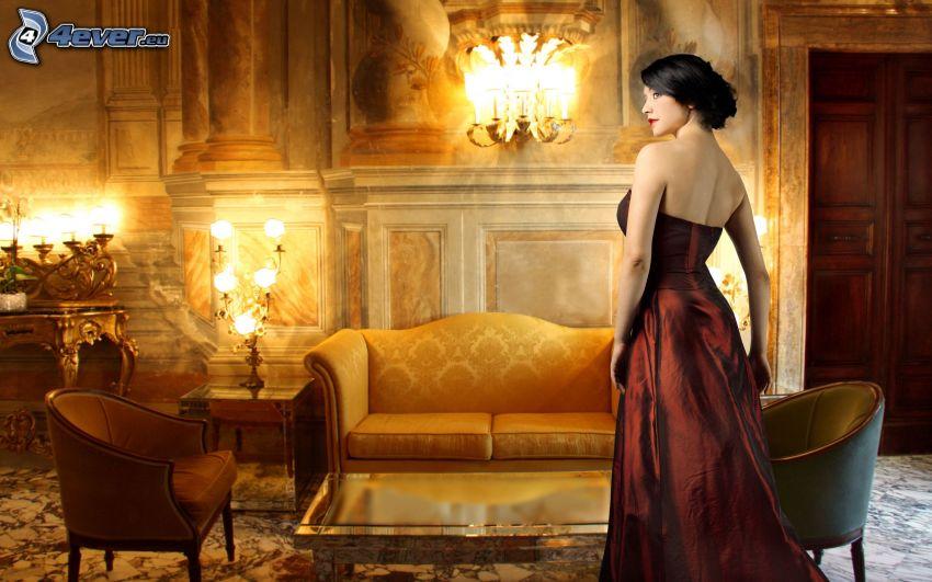 brunetka, hnedé šaty, obývačka