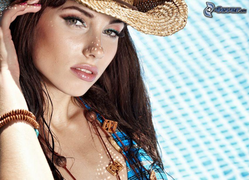 brunetka, klobúk