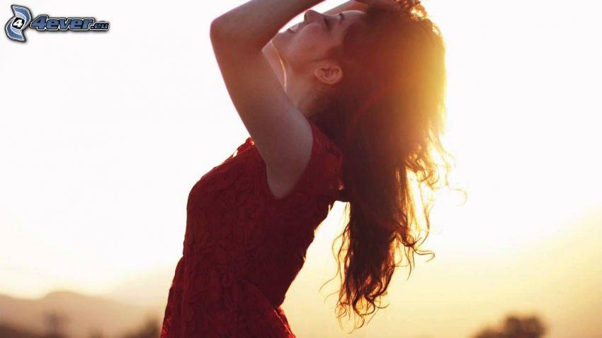 brunetka, západ slnka