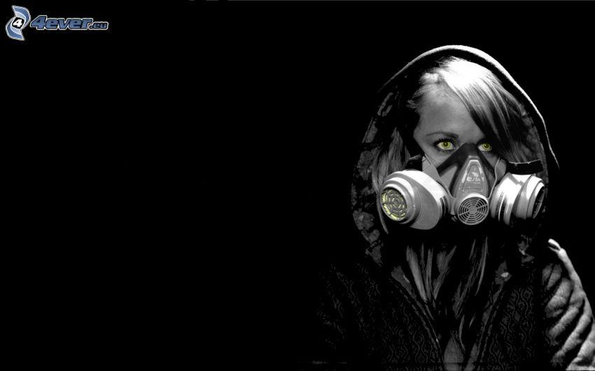 človek v plynovej maske, čiernobiela fotka