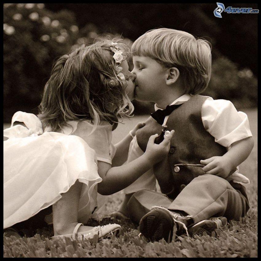 mladí svadobčania, detský bozk, deti, láska