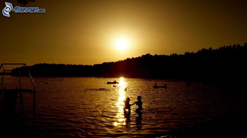 západ slnka pri mori, deti