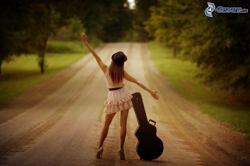 dievča s gitarou, minišaty, rovná cesta