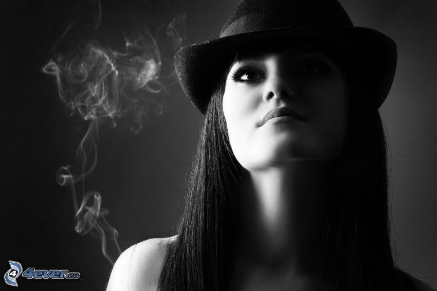 dievča s klobúkom, brunetka, dym, čiernobiela fotka