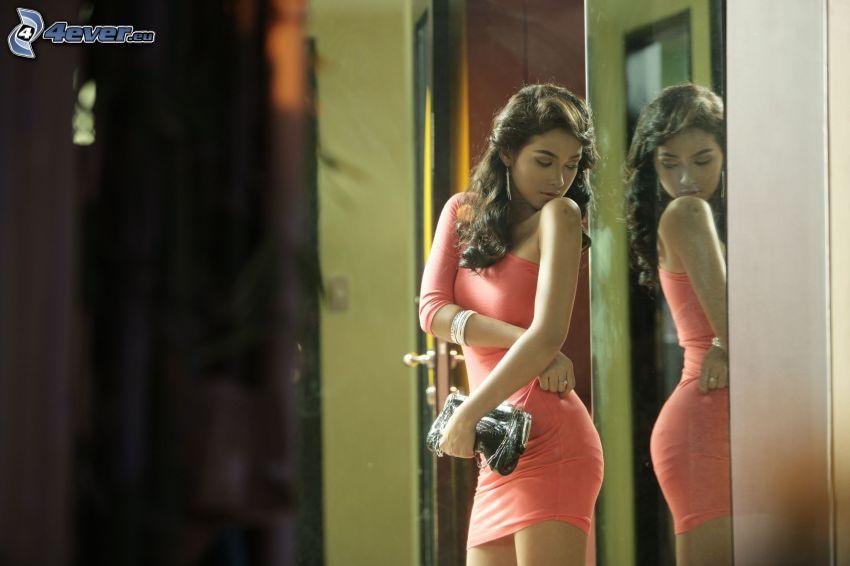 dievča so zrkadlom, brunetka, zrkadlo