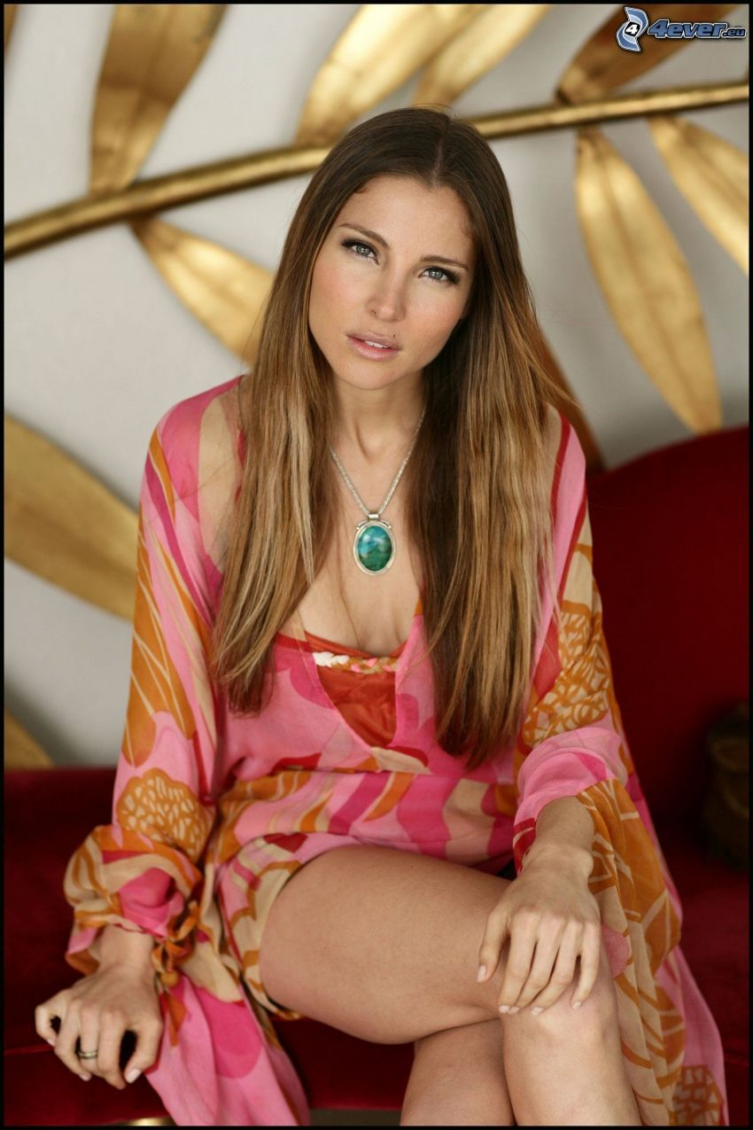 Elsa Pataky, náhrdelník, dlhé vlasy
