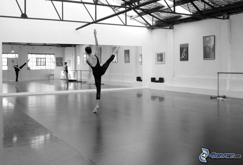 gymnastka, telocvičňa, čiernobiela fotka