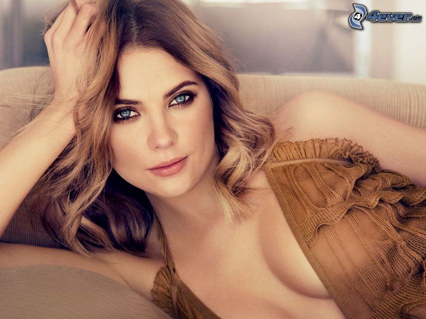 Ashley Benson, výstrih, modré oči