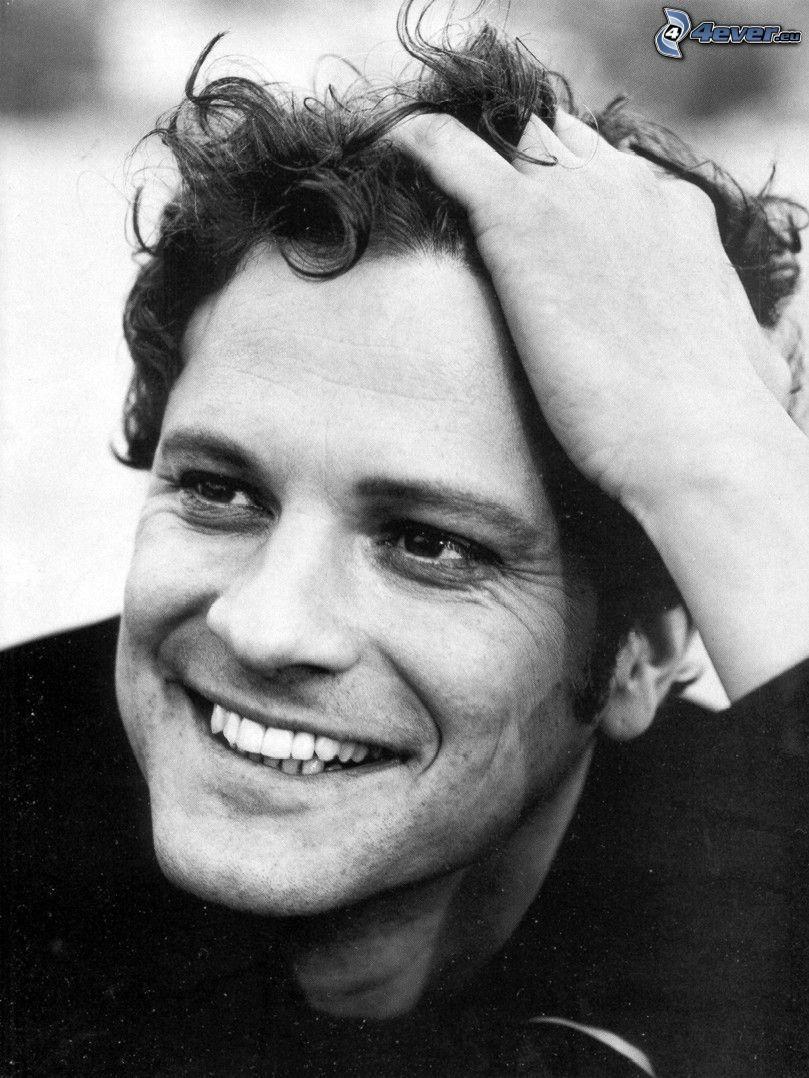 Colin Firth, úsmev, čiernobiela fotka