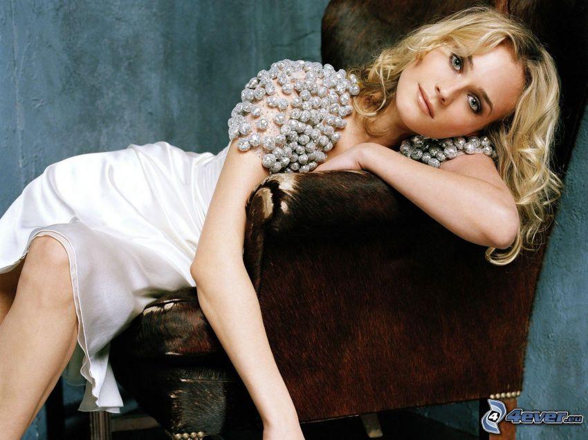 Diane Kruger, biele šaty, kreslo