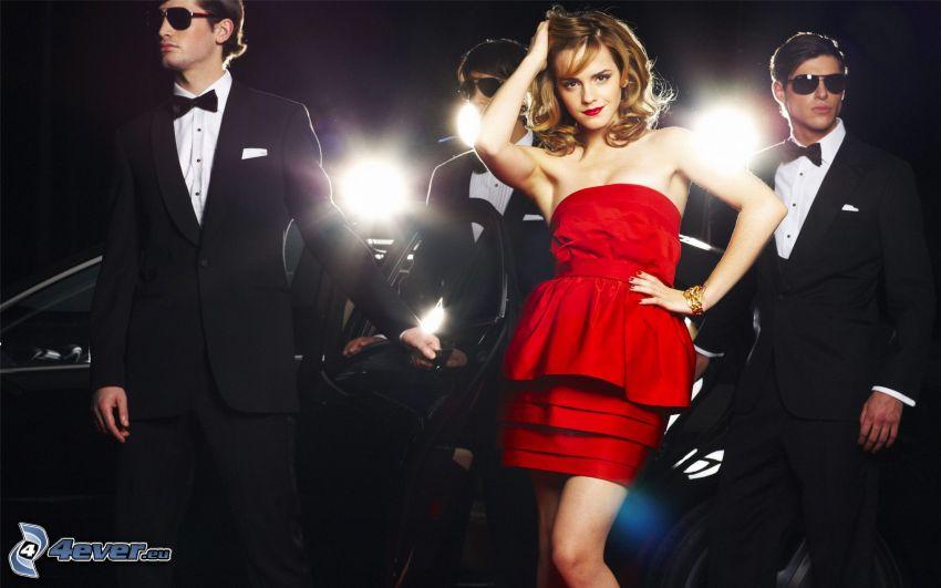 Emma Watson, muži v oblekoch, červené šaty