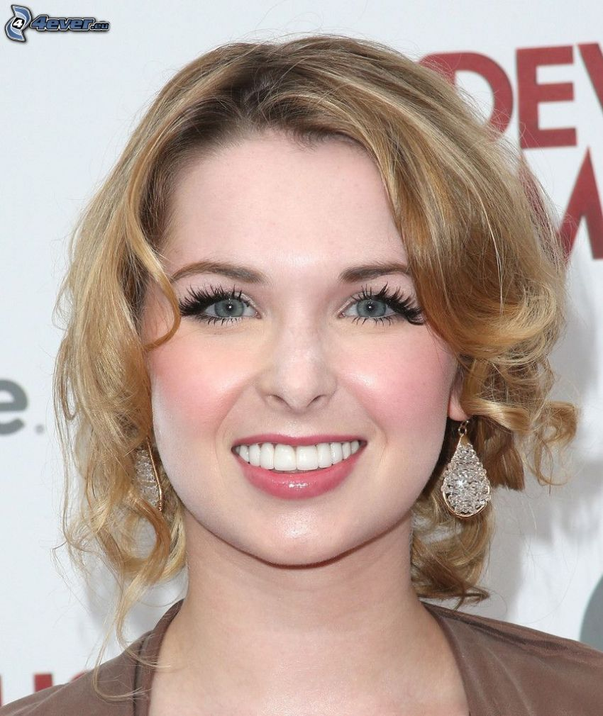 Kirsten Prout, úsmev