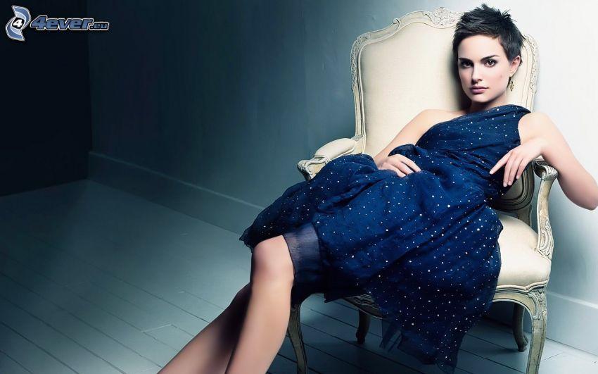 Natalie Portman, modré šaty, kreslo