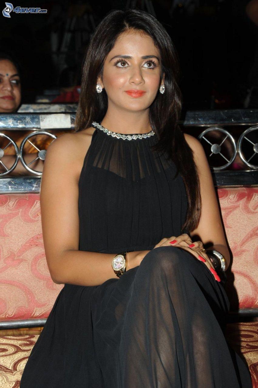 Parul Yadav, čierne šaty, pohľad