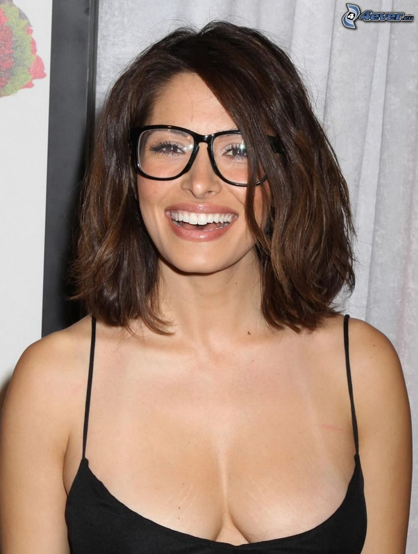 Sarah Shahi, smiech, okuliare