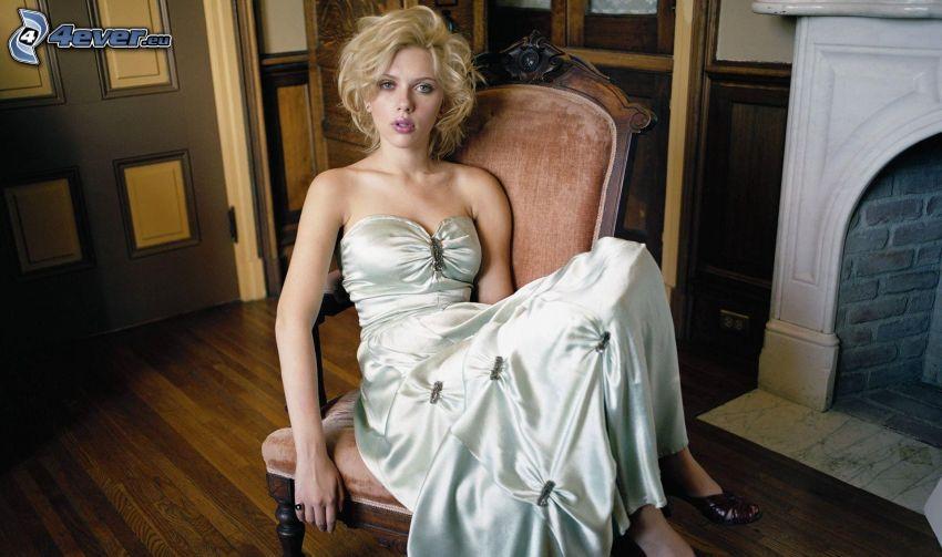 Scarlett Johansson, biele šaty, kreslo