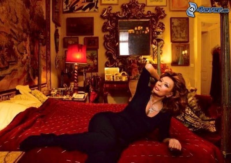 Sophia Loren, izba, posteľ