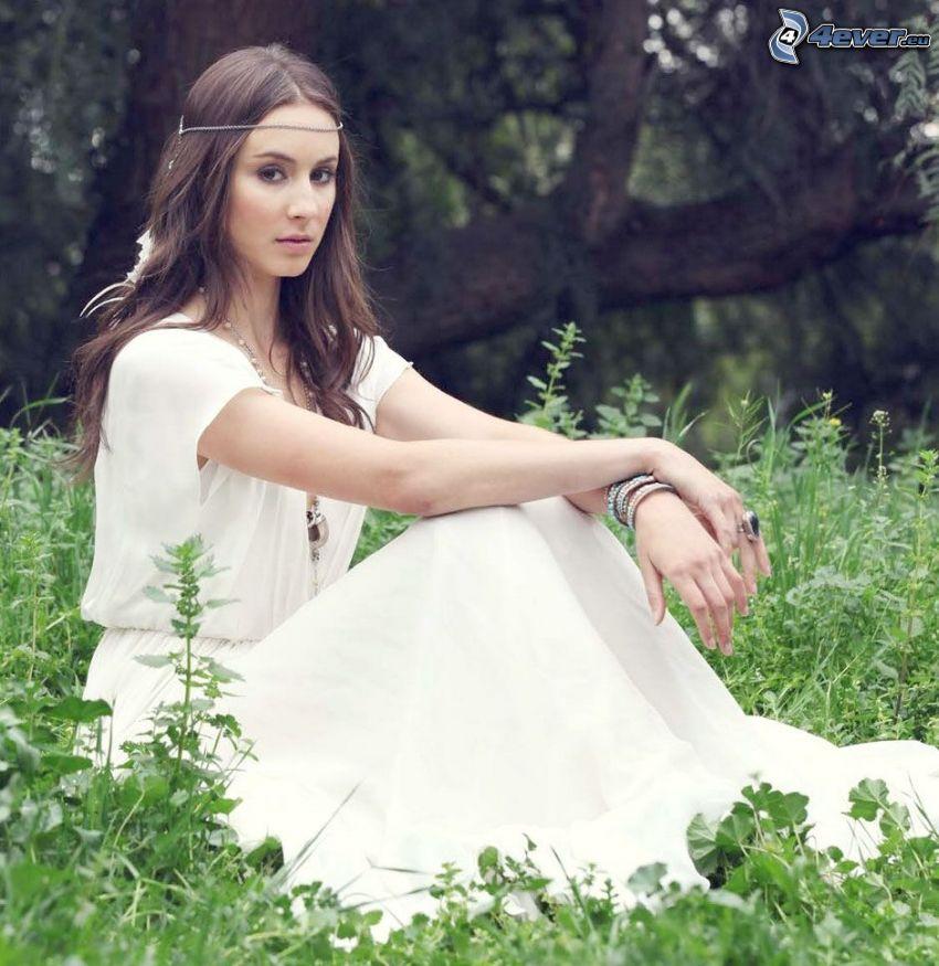 Troian Bellisario, biele šaty, dievča v tráve