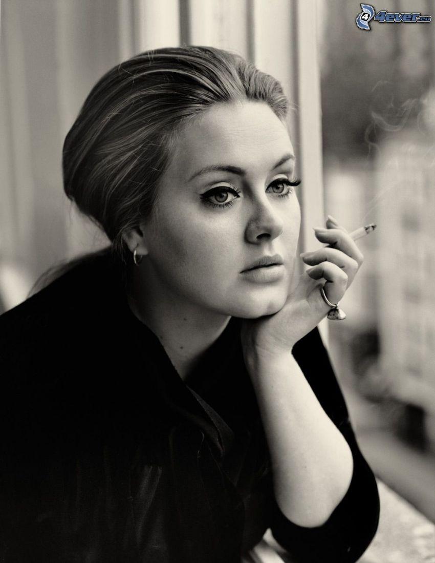 Adele, fajčenie, dievča s cigaretou, čiernobiela fotka