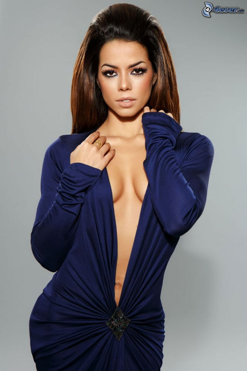 Fernanda Brandao, modré šaty, výstrih