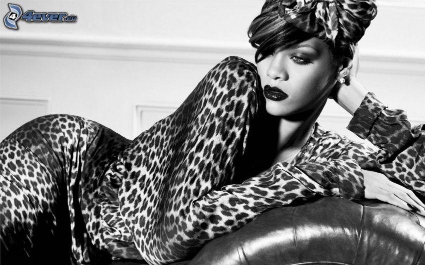 Rihanna, leopardí vzor, čiernobiela fotka