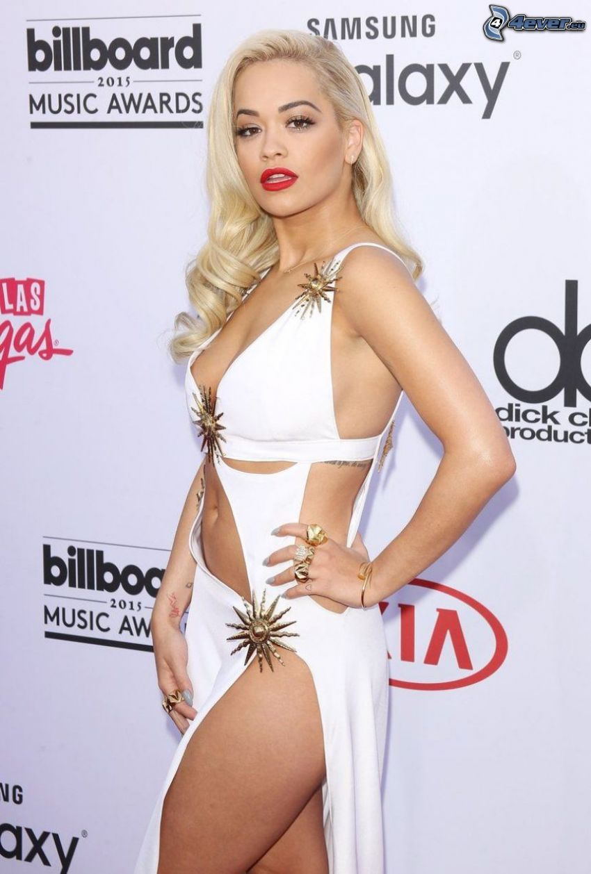 Rita Ora, biele šaty
