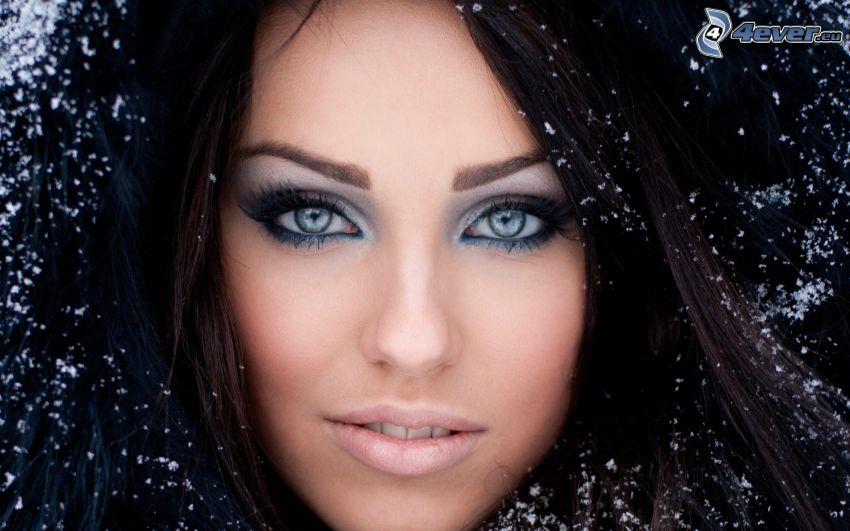 krásna tvár ženy, čiernovláska, snehové vločky
