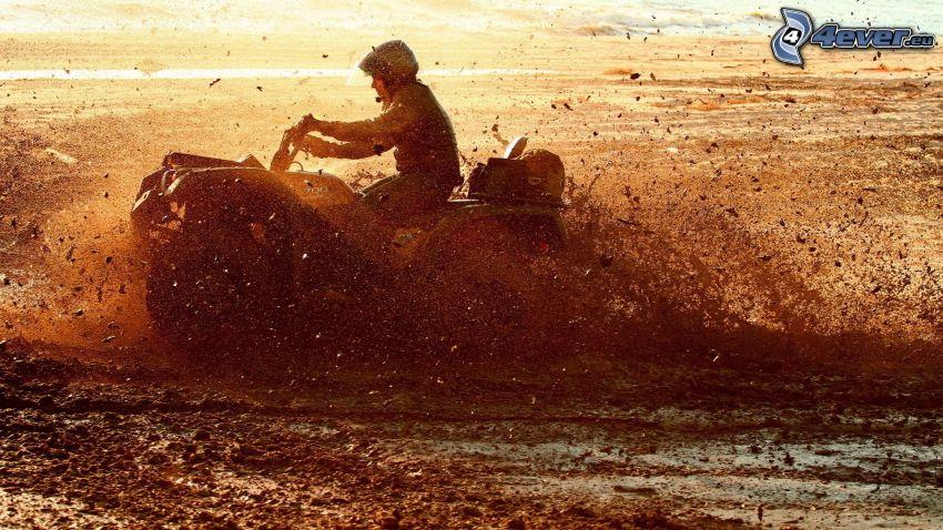 muž, štvorkolka, blato