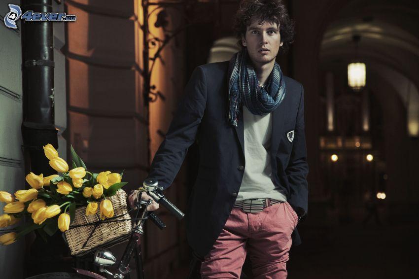 muž, žlté tulipány, bicykel
