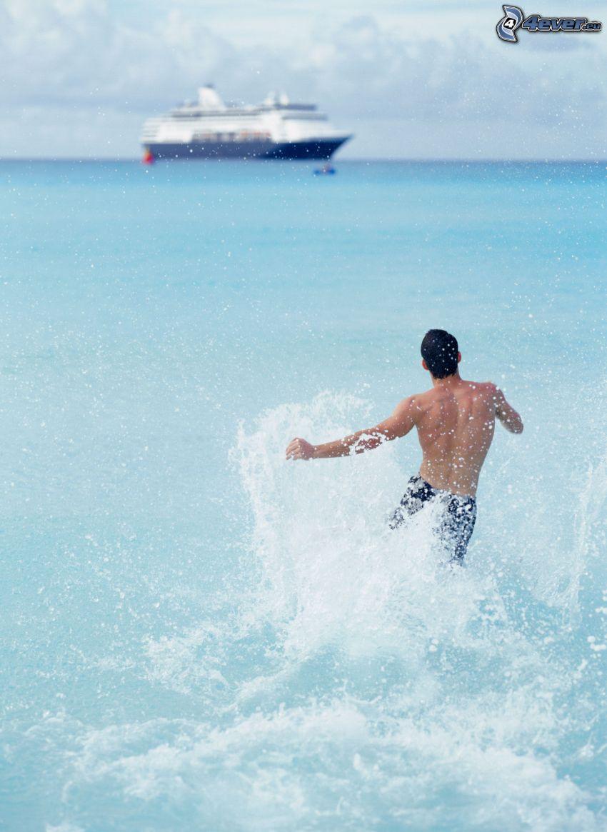 muž vo vode, more, výletná loď