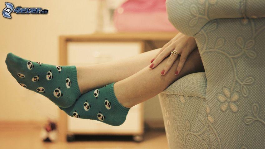 nohy, ponožky, ruka, kreslo