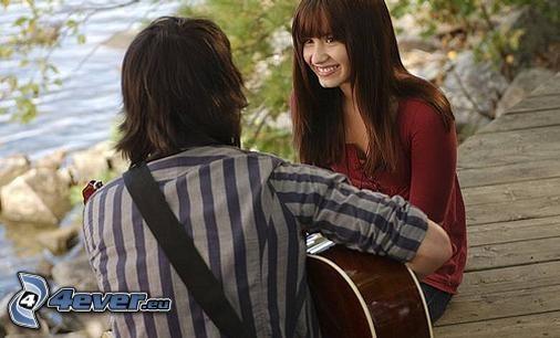 párik pri jazere, úsmev, láska