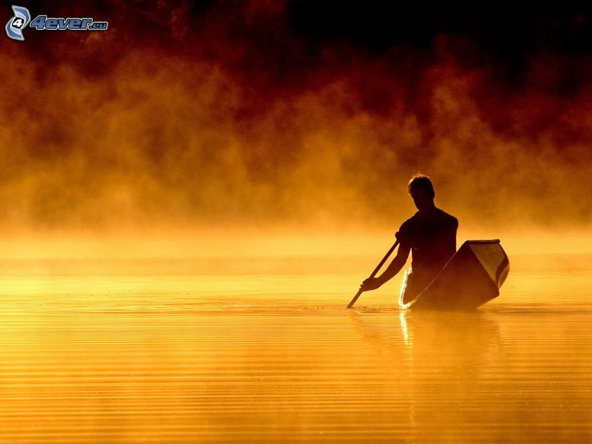 silueta chlapa, čln, jazero
