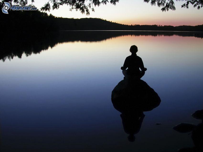 silueta chlapa, meditácia, jazero, les, po západe slnka, večer