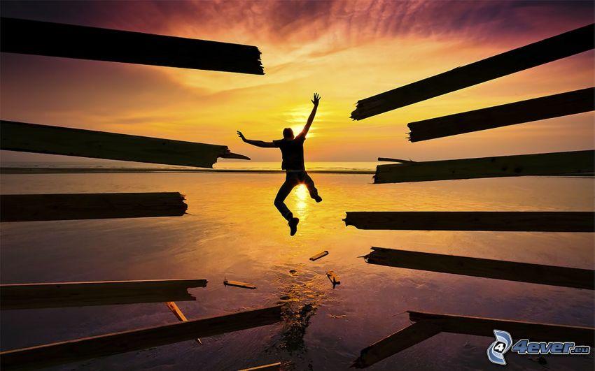 skok, západ slnka nad morom, silueta chlapa, dosky