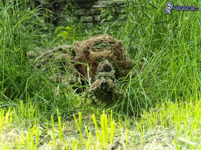 sniper, vojak so zbraňou, vysoká tráva, maskovanie