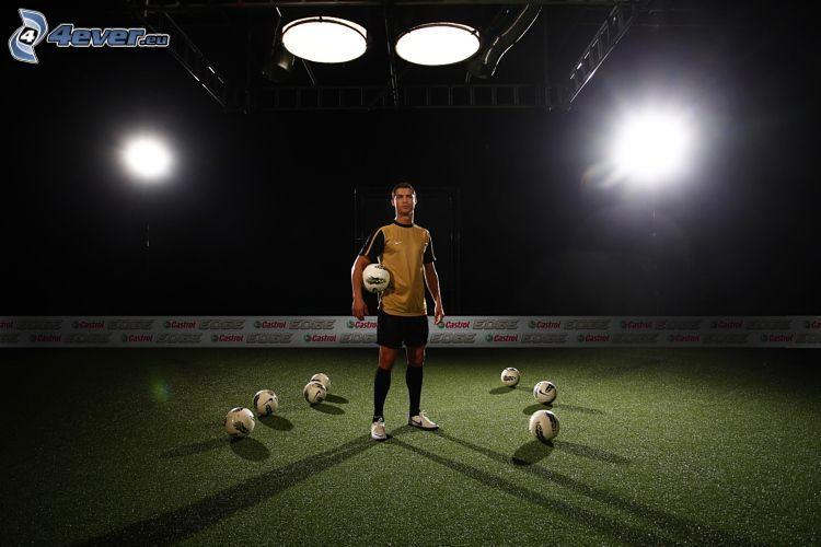 Cristiano Ronaldo, futbalová lopta, hala
