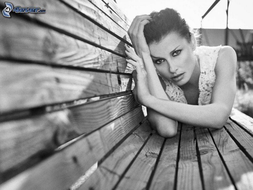 brunetka, lavička, čiernobiela fotka