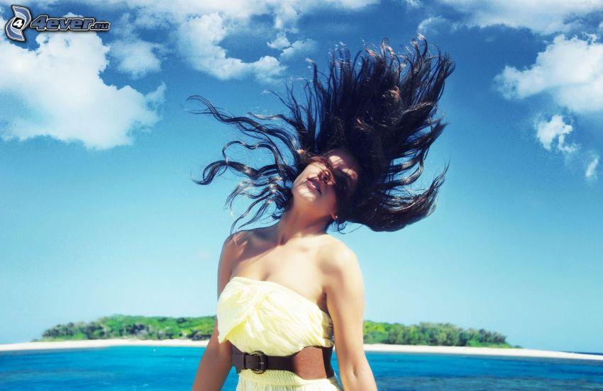 brunetka, rozlietané vlasy, ostrov
