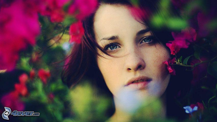brunetka, ružové kvety