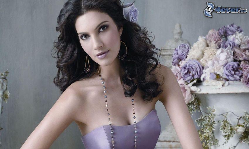 čiernovláska, fialové šaty