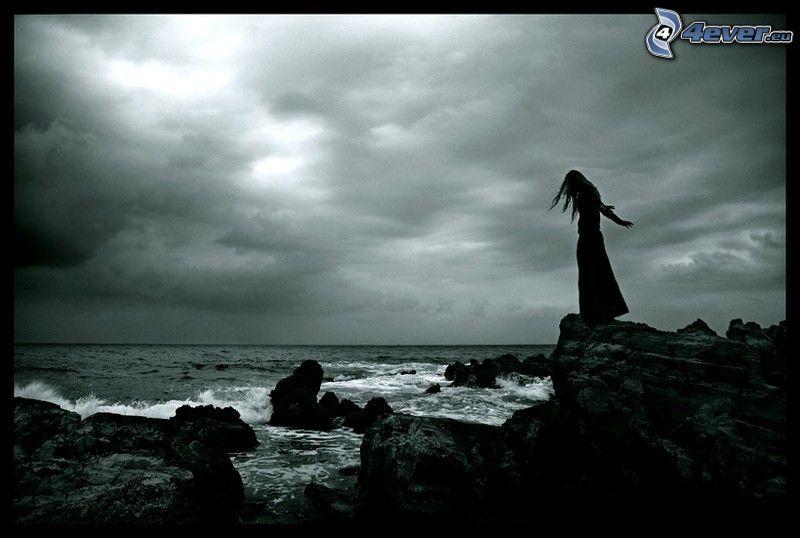 dievča nad útesom, skalnaté pobrežie, samovražda, depresia, smútok, more