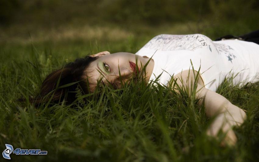 dievča v tráve, brunetka